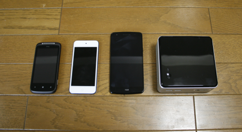サイズ比較。左から「HTC Mozart」「第6世代iPod touch」「isai LGL22」「Intel NUC」